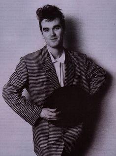 Morrissey (1984) -- photo by Tom Sheehan | image via Cifra Club.