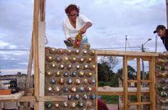 Casas de Botella. As garrafas, recheadas de resíduos e sedimentos diversos formam as paredes, que após amarradas, são fixadas com cal e cimento. Como a casa criada por Ingrid se tornou um projeto social, os outros materiais necessários para o acabamento, inclusive os móveis, são doados por empresas ou instituições regionais.  http://www.portalanaroca.com.br/adoreiartesa-constroi-casas-com-garrafas-petveja-que-ideia-genial/
