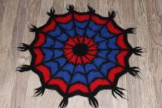 To små svaler: Oppskrift på tovet Spiderman-sitteunderlag. Tree Skirts, Spiderman, Christmas Tree, Knitting, Holiday Decor, How To Make, Barn, Spider Man, Tricot