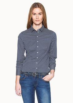 Ein feminine Bluse mit designstarkem Druckmuster mit Retro-Charakter. Der körperbetonte Schnitt und das sanft-griffige Material aus 95% Baumwolle und 5% Elastan garantieren einen angenehmen Tragegenuss....