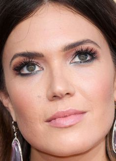 Close-up of Mandy Moore at the 2017 Golden Globe Awards.