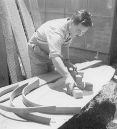 George Nakashima architect laying out a form for bending wood to be used in chairs he is making. New Hope Pennsylvania. Woodworking Projects Plans, Teds Woodworking, Furniture Repair, Furniture Design, Modern Furniture, New Hope Pennsylvania, Steam Bending Wood, How To Bend Wood, George Nakashima