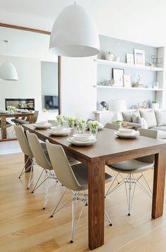 원목무늬 테이블과 심플한 테이블세팅을 눈여겨 봄. 반대편 심플하면서 큰 거울을 눈여겨 봄.
