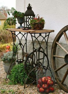 Repurpose Ideas For Vintage Sewing Machine Base Planter - Unique Balcony & Garden Decoration and Easy DIY Ideas Sewing Machine Tables, Old Sewing Machines, Garden Junk, Balcony Garden, Diy Garden Projects, Garden Ideas, Diy Décoration, Easy Diy, Diy Crafts