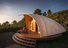 Ziyaretçilere lüks bir kamp deneyimi yaşatmayı amaçlayan Mimar Harry Gesner, Kaliforniya'da kurulabilir ve sökülebilir özellikte 'The Autonomous Tent' isimli çadır benzeri bir yapı inşa etti.