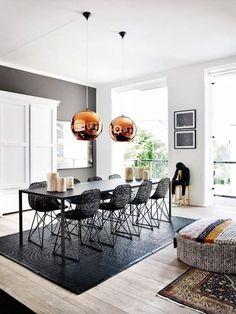 lampy, krzesła, puf, rzeźba - wszystko nadaje charakter tej jadalni