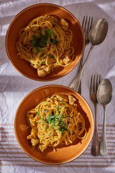 Indiai currys-tejszínes tészta recept | Street Kitchen Poutine, Penne, Mozzarella, Thai Red Curry, Ethnic Recipes, Food, Essen, Meals, Yemek