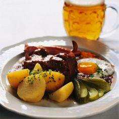Wiener Schnitzel and Tafelspitz are world famous and amongst the most popular dishes of Viennese cuisine. However, Viennese cuisine has many other delicious main courses to offer. Wiener Schnitzel, Austrian Recipes, Goulash, Pot Roast, Soups And Stews, Food To Make, Slow Cooker, Spicy, Dishes