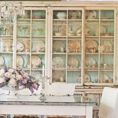 Una sala da pranzo da togliere il fiato ♥  Tutto in questa foto ci emoziona.  saranno i colori, i materiali, i fiori...  La vetrinetta è semplicemente fantastica, l'effetto shabby è cosi naturale, vissuto e romantico..per non parlare della scelta di usare vechi pizzi al posto di tendine di stoffa per gli armadietti alla base della vetrinetta...♥ ♥  Ecco la foto ispirazione di oggi!  Buona mattinata ♥  Shab | The Best Things in Life Aren't Things  www.shab.it