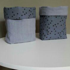 Paniers de rangement en tissu ancien teint bleu grisé et doublure baptiste bleu orageux étoiles noires.