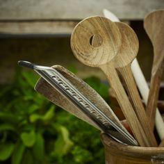 Das Skagerak Salatbesteck ist die klassische Art, Salat zu servieren. Edles Holz und die schlichte Form macht das Besteck zum zeitlosen Begleiter in der Küche.