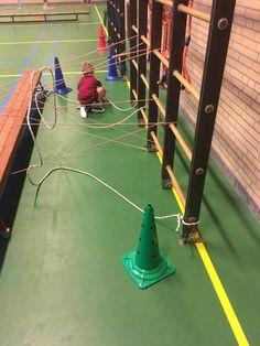 Spiderman - De ring langs de draden van het web van Spiderman krijgen, wie lukt dat zonder het web zelf te raken?