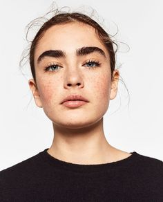 Freckles, full eyebrows, and natural makeup. A look we love! Beauty Makeup, Hair Makeup, Hair Beauty, Beauty Tips, Eye Makeup, Freckles Makeup, Beauty Hacks, Makeup Brushes, Makeup Set