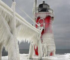 Espectaculares fotos de un faro transformado por la nieve y el hielo