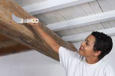 """Les plafonds avec poutres apparentes, qu'on appelle """"à la française"""", imposent de l'authenticité et du charme dans la maison. Pour gagner en clarté, on vous explique comment les repeindre en 7 étapes faciles à suivre."""