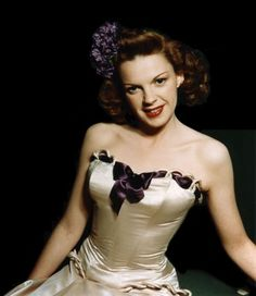 Judy Garland was one of the great talents of Old Hollywood. A multi-talented,actress,singer,dancer.Always love to see her movies & listen to her beautiful voice. Vintage Hollywood, Hollywood Glamour, Hollywood Stars, Hollywood Actresses, Classic Hollywood, Actors & Actresses, Classic Actresses, Hollywood Icons, Judy Garland