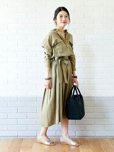 上品なとろみと落ち感が上品なでシャツワンピースは、今年らしく肩を落として着ると女性らしい印象に。 夏らしいサンダルやカゴバッグを合わせてラフで品のあるキレイメスタイルに。