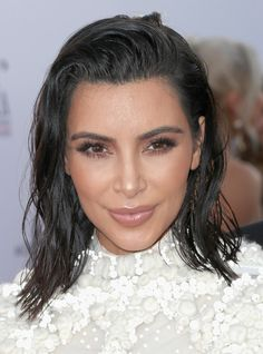 Kim Kardashian Medium Wavy Cut - Kim Kardashian went for wet-look, messy waves when she attended the Fashion Los Angeles Awards.