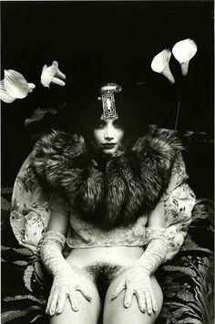 Irina Ionesco s'est fait connaître pour ses portraits de femmes aux multiples accessoires. Parées de mille bijoux, elles sont mystérieuses et envoûtantes.Sans titre. Série Femmes, sélection de portraits