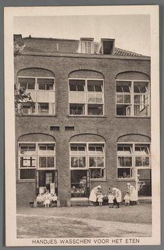 prentbriefkaart van de tuin van de crèche aan de Plantage Middenlaan in Amsterdam, 1932