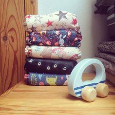 Boldog szülinapot aktív készlet! Lassan egy éve hogy  bár éjszakára még nem találtuk meg az alternatívát  Ignác ilyen szépségekben tölti a napjait.  Emlékszem milyen sokáig tervezgettem az átállást aztán a próbálgatások közben egyszercsak azon kaptam magam hogy nappalra teljesen átálltunk a mosható pelusokra. Azóta pedig kis készletünk már bejárta velünk az országot a nyári kalandjaink során: sátraztunk aludtunk a szabad ég alatt zenéltünk és Igi végig ezekben a szépségekben kúszott-mászott…