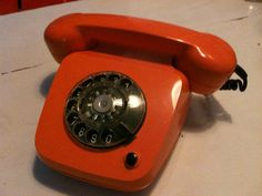 60er Jahre Telefon  Sehr schönes altes Telefon aus den 60er Jahren. Für die Zeit üblich in leuchtendem Orange. VB
