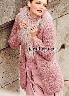Короткое розовое пальто из плюшевой пряжи. Вязание спицами Мягкое и легкое пальто из плюшевой пряжи нежного розового оттенка сделает ваш образ очень женственным. Такое пальто рекомендуется дополнить меховым воротником с длинным волнистым ворсом