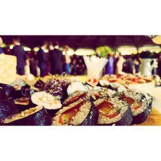 Buffet oriental en el aperitivo de una boda en #Jerez este fin de semana. #tuotracocina #sushi #makisushi #uramaki #maki #niguiri #oniguiri #sashimi #tataki #atun #salmon #chef #chefwithtattooes #tattooedchef #catering #buffet #gastronomía #gourmet #showcooking #eventos #eventosdiferentes #boda #wedding #sevilla #sevillahoy by tuotracocina