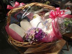 小物にお花を添えて。 プレゼントに良さそうな小物も色々取り揃えています。
