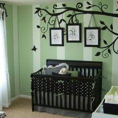 gothic baby nursery - lit de bébé noir, lit à barreaux noir, chambre bébé unisexe