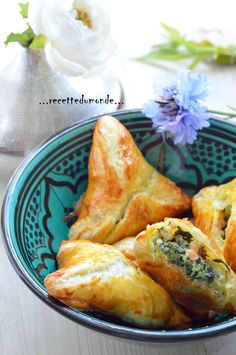 Hello ! Voici une idée recette pour farcir vos petits feuilletés , épinard saumon et pomme de terre. Ingrédients; . 3 pommes de terre . 300 g d'épinard ( ou quelques cubes d'épinards congelés ) . 3 tranches de saumon fumé . 20 cl de crème fraîche . sel... Ramadan Recipes, Exotic Food, Good Healthy Recipes, Healthy Food, Some Recipe, Cooking Time, Entrees, Tapas, Food And Drink