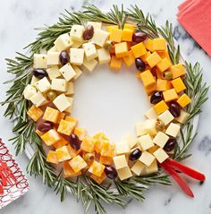 10 Christmas Appetizer Recipes Planning the Christmas dinner menu? Start the festivities deliciously with a great selection of tasty Christmas appetizers. Christmas Cheese, Christmas Party Food, Christmas Brunch, Xmas Food, Christmas Appetizers, Christmas Cooking, Christmas Goodies, Christmas Night, Christmas Dinner Ideas Decoration