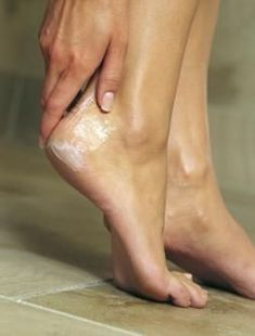 Photo: How To Soften Dry, Cracked Heels Soak feet for minutes in a warm foot bath made with 1 cup milk and 5 cups warm water. Create a homemade foot scrub by putting 4 tablespoons salt or sugar in cup oil. Baby oil, sweet almond oil or coconut oil Homemade Beauty, Diy Beauty, Beauty Hacks, Beauty Ideas, Beauty Advice, Dry Cracked Heels, Cracked Feet, Dry Heels, Soft Heels