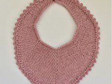 Knit this lovely bib to the smallest family members. The bib is knitted in just a few hours, and it has a lot of German Short Rows, which makes it even more fun to knit! Crochet Bib, Crochet Hook Sizes, Crochet Hooks, Free Crochet, Knitting For Kids, Baby Knitting Patterns, Free Knitting, Crochet Patterns, Crochet Instructions