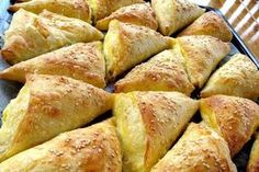 Ove trokute sa sirom možete servirati kao međuobrok, ali i kao finu večeru kojom će svi biti oduševljeni. Sastojci: 500 g gotovih kora za pite 1 čvrsti jogurt 4 jaja čaša od jogurta ulja 500 g domaćeg kravljeg sira so Priprema: Umutiti sir i 2 jaja. Posoliti. Napraviti fil kojim ćemo premazivati kore. Pravi se…
