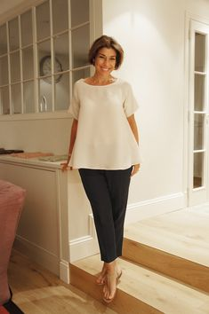 This Is England Women S Fashion Refferal: 2882909487 Over 60 Fashion, Mature Fashion, Over 50 Womens Fashion, Fashion Over 50, Work Looks, Look Chic, Classy Women, Simple Outfits, Minimalist Fashion