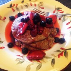 I just posted this recipe on banana-oat pancakes today and people are loving it! 1 cup oats (rolled or quick) 1 cup water 1 ripe banana 1 tsp baking soda (optional) Defrosted frozen strawberr. Banana Oat Pancakes, Banana Oats, Vegan Pancakes, Whole Food Diet, Whole Food Recipes, Dessert Recipes, Desserts, Dairy Free Recipes, Vegan Recipes