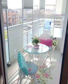 Katlanabilir camlı balkonu için bir perde çözümü arayan Elif hanım, camcısının yönlendirmesi ise plise perde çözümünü bulmuş ve uygulama araştırmaları sonucu perdeciye yaptırmış. Camlara parça parç...