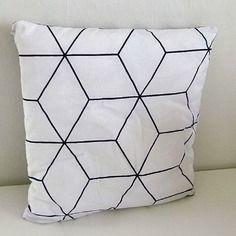 petit coussin graphique de forme triangle noir et blanc motif g om trique rayures et. Black Bedroom Furniture Sets. Home Design Ideas