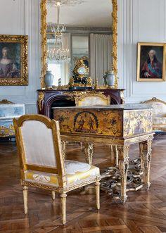 https://flic.kr/p/fJiYAB   04/09/13   Le grand cabinet de Madame Victoire. On peut rêver que le jeune Mozart a joué devant la cour sur ce clavecin, ou sur un semblable...