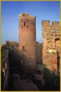 Photo au lever du jour dans le château de Kintzheim, avec les remparts et la tour d'angle circulaire Sud-Ouest, au mois de novembre, sur la route des vins d'Alsace. Photos de Kintzheim, histoire du château de Kintzheim, tourisme en Alsace.