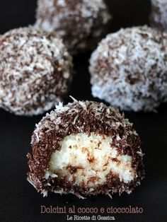 Palline al cocco e cioccolato Ricetta dolcini senza cottura veloci e facili ♦๏~✿✿✿~☼๏♥๏花✨✿写☆☀🌸🌿❁~⊱✿ღ~❥༺♡༻🌺FR Nov ♥⛩⚘☮️ ❋ Italian Desserts, Mini Desserts, Italian Recipes, Delicious Desserts, Dessert Recipes, Yummy Food, Kolaci I Torte, Chocolate Recipes, Nutella
