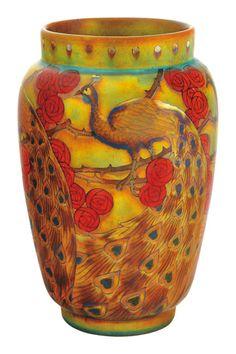 Zsolnay váza rózsaágon ülő pávával