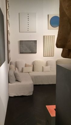 yet home decor. Love the pop of blue! Monochrome Interior, Modern Interior Design, Interior Architecture, Beautiful Home Designs, New Home Designs, Furniture Slipcovers, Japanese Interior, Home Decor Inspiration, Decoration
