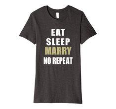 Eat Sleep Marry No Repeat ist ein cooles Outfit unter dem Hochzeitsanzug & das perfekte Geschenk für die Braut & Bräutigam, Hochzeitsgesellschaft, Trauzeuge, Brautführer & ein schönes Shirt für den Hochzeitsabend, Hochzeitsansprache. Eat Sleep Marry Repeat ist ein witziges Shirt mit einem lustigem Spruch & ein Hingucker für den modernen Mann & Frau & den neuen Hochzeitsbrauch beim Hochzeitsempfang. Aber auch für die Ehefrau, Ehemann als Zeichen der Ehe & Liebe. T Shirts For Women, Mens Tops, Fashion, Bride Groom, Gifts For The Bride, Husband Wife, Husband, Cool Sayings, Cool Outfits