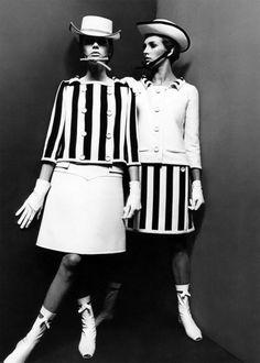 André Courrèges criou uma moda futurista que de início chocou a todos nos anos 60, mas depois tornou-se um marco da época. O costureiro criava minivestidos retos e peças vanguardistas de alfaiataria. Além disso, usava materiais inéditos pros ateliês de alta-costura como metal, plástico, vinil e PVC
