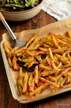 Melty Cheesy Garlic Parmesan Fries with a yummy low syn ranch dressing - Slimming World and Weight Watchers friendly Slimming World Vegetarian Recipes, Slimming World Dinners, Slimming Eats, Slimming Recipes, Healthy Recipes, Slimming Word, Slimming World Syns, Yummy Recipes, Healthy Snacks