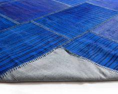 Designerteppiche - Indigoblau wird eher selten verwendet. Die Farbe trifft einen ganz unerwartet. Der Tuana holt aus diesem Farbton das Größtmögliche heraus.