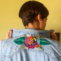 28 Embroidered Jean Jacket For Teen Girls - Global Outfit Experts Embroidered Clothes, Embroidered Jacket, Embroidery Fashion, Diy Embroidery, Jean Bordado, Denim Jacket Men, Denim Jackets, New Fashion Trends, Sewing Clothes