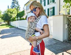Some things just make my heart sing 🎶❤ What a beautiful find for a fashion addicted mother who loves her kids more than anything else in the world. This baby carrier wraps your baby tightly and securely to your body, placing him close to your heart in a snug and comfortable position for both. And SO stylish 😎✨ Thank you @artipoppe for making a dream come true!! #artipoppe #ad